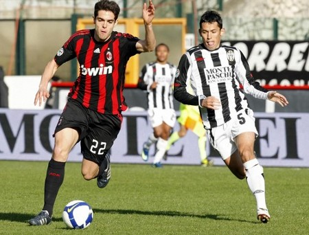 Siena's Paul Costantin Codrea (R) challenges AC Milan's Kaka during their Italian Serie A soccer match in Siena March 15, 2009. (REUTERS)
