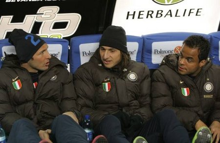 Marco Materazzi (L), Zlatan Ibrahimovic, Amantino Mancini (R) discuss on the Inter bench.