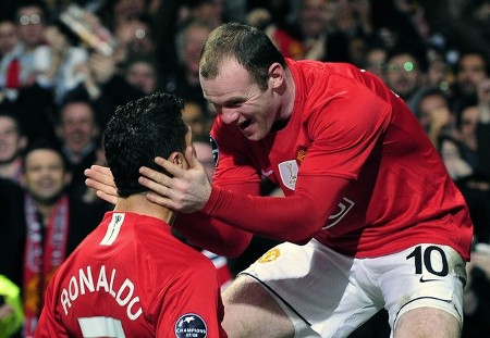 Manchester United's Cristiano Ronaldo (L) celebrates with Wayne Rooney after scoring during their Champions League soccer match against Inter Milan in Manchester, northern England, March 11, 2009.  (REUTERS)