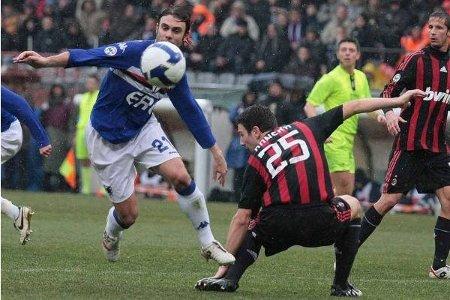 Sampdoria's Paolo Sammarco (L) skips past Milan's Daniele Bonera. March 1, 2009.