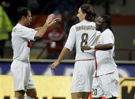 Inter Milan forward Zlatan Ibrahimovic, center, celebrates with his teammates Sulley Muntari, right, and Serbian midfielder Dejan Stankovic after he scored during the Serie A soccer match between Inter Milan and Fiorentina at the San Siro stadium in Milan, Italy, Sunday, March 15, 2009. (AP Photo)