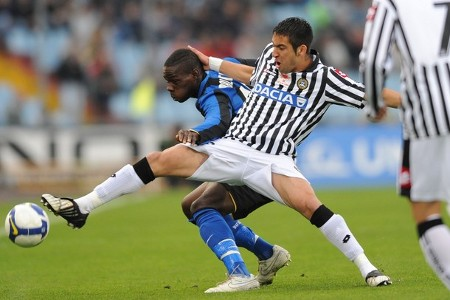 Inter Milan's forward Mario Balotelli (L) fights for the ball with Mauricio Isla during their Serie A round of 30 football match on April 5, 2009 in Udine. (GETTY IMAGES)