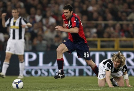 Genoa's Thiago Motta (C) vies with Juventus' Czech Pavel Nedved during their serie A football match between Genoa and Juventus, at Luigi Ferraris stadium on April 11, 2009 in Genova. (GETTY IMAGES)