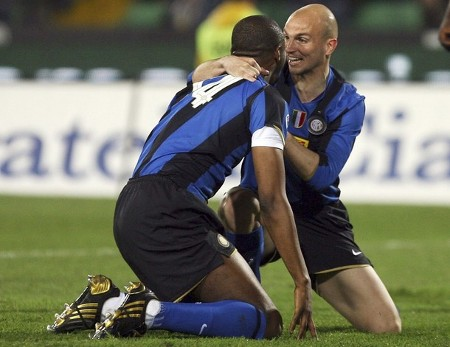 Inter Milan players Patrick Vieira (L) and Esteban Cambiasso react during the Italian Serie A soccer match against Udinese in Udine April 5, 2009. (REUTERS PICTURES)