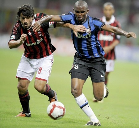 A.C. Milan's midfielder Gennaro Ivan Gattuso (L) fights for the ball with Inter Milan's Cameroonian forward Samuel Eto'o during the Italian Serie A football match between A.C. Milan and Inter Milan at San Siro Stadium in Milan, on August 29, 2009. (GETTY IMAGES)